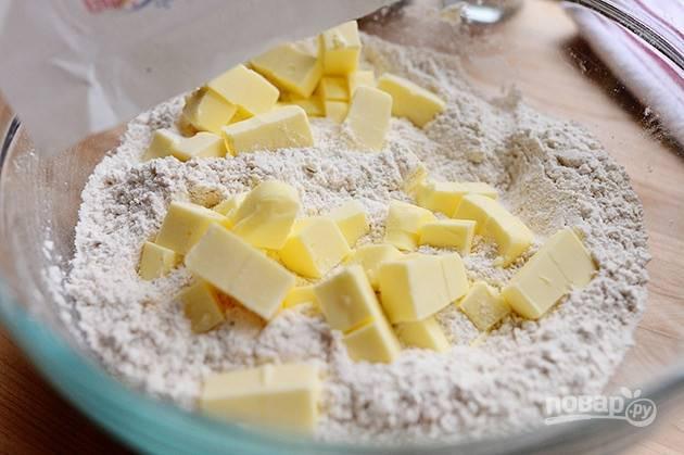 1. Смешайте муку, молотую овсянку, разрыхлитель, соль и сливочное масло в одной миске.