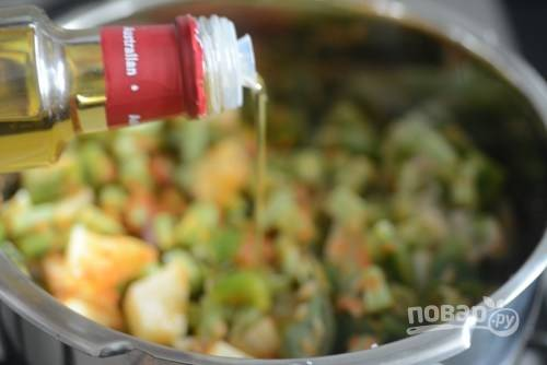 6. Влейте оливковое масло и примерно полстакана воды.