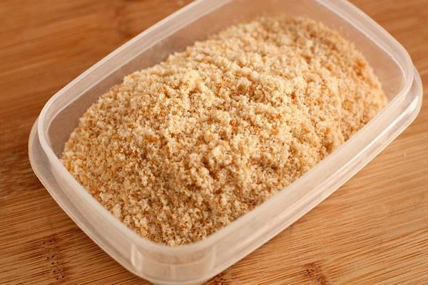 3. Готовим панировочные сухари. Можете делать их из хлеба, но для экономии времени лучше взять готовые.