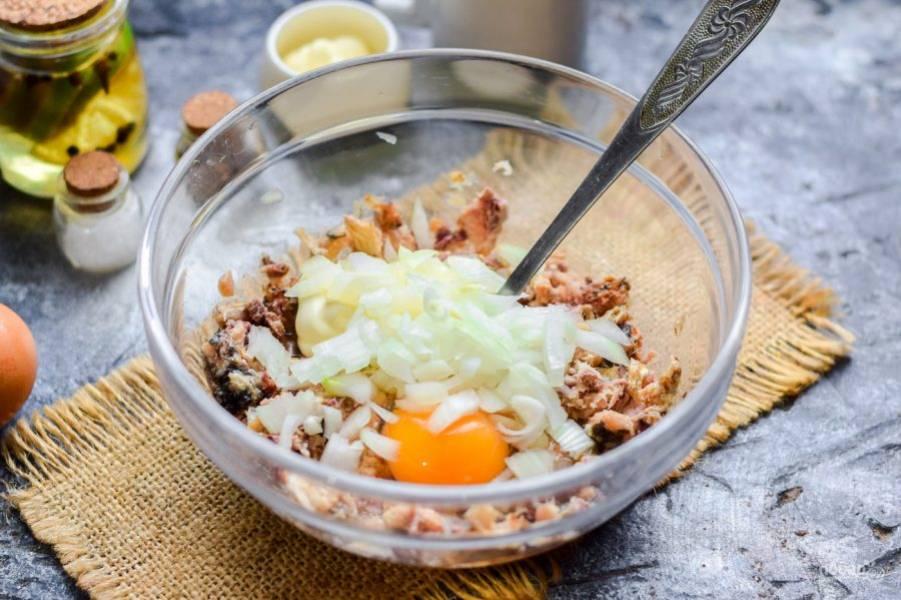 Очистите луковицу, сполосните и просушите. Нарежьте лук небольшими кубиками и добавьте к рыбе.