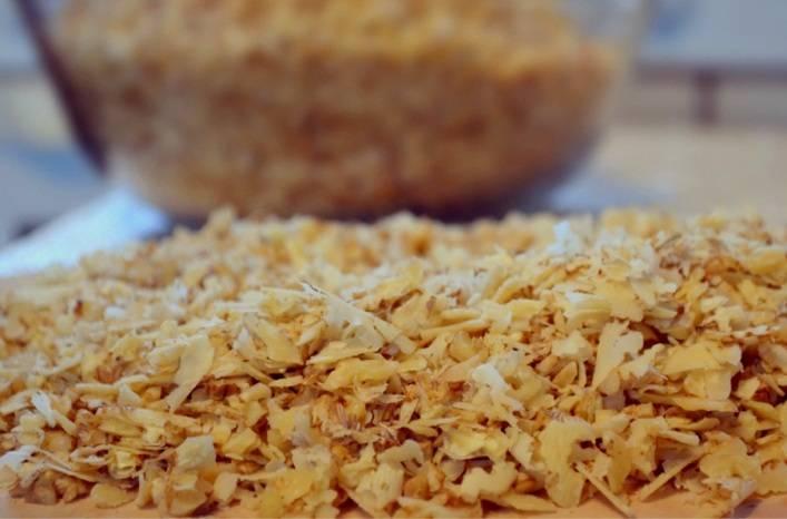 Теперь самое сложное: орехи нужно измельчить. Конечно, это можно сделать и в блендере, но результат всегда получается лучше, если измельчать орехи ножом.