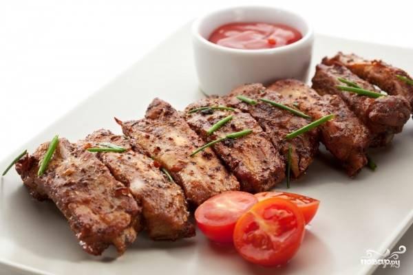 5.Готовые ребрышки выкладываем на блюдо и подаем к столу. Приятного аппетита!