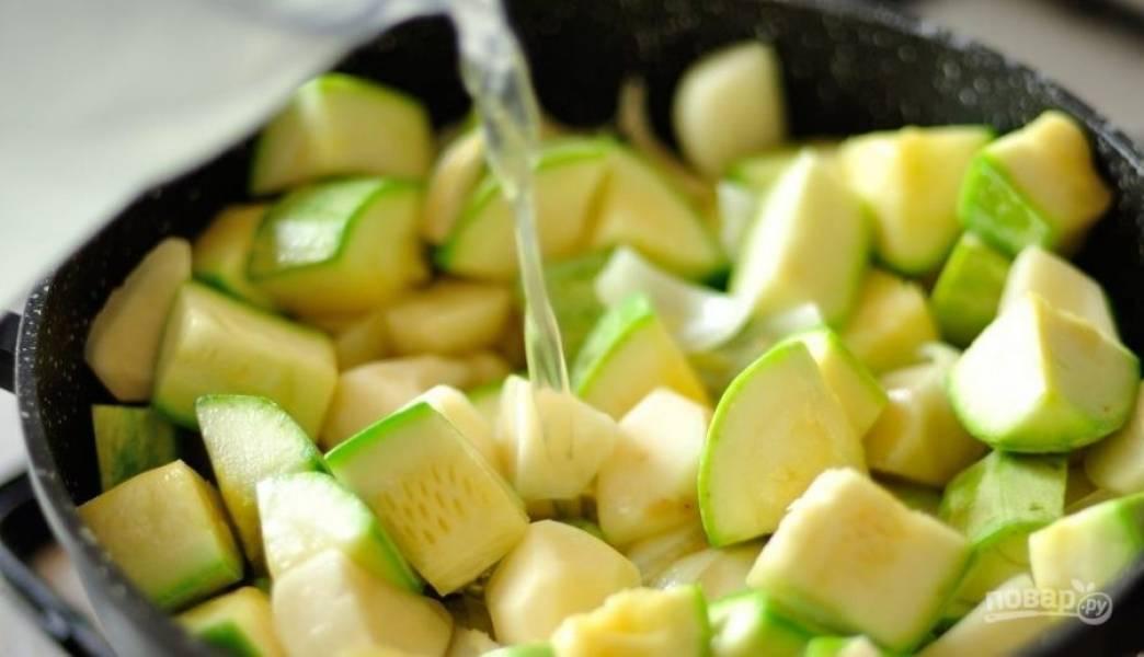 Влейте в сотейник куриный бульон. Также его можно заменить на овощной или же добавить просто воду. Накройте сотейник крышкой и тушите овощи, пока они полностью не будут готовы.