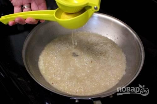 5. Добавьте сок одного лимона. Посолите немного и при желании добавьте щепотку перца.