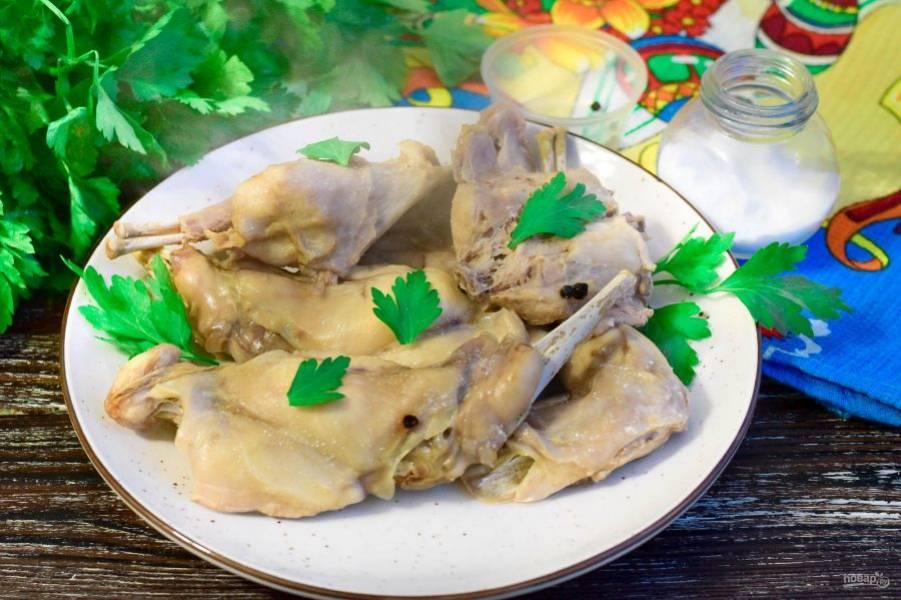 Выложите мясо кролика на блюдо и подайте его к столу. Приятного аппетита!