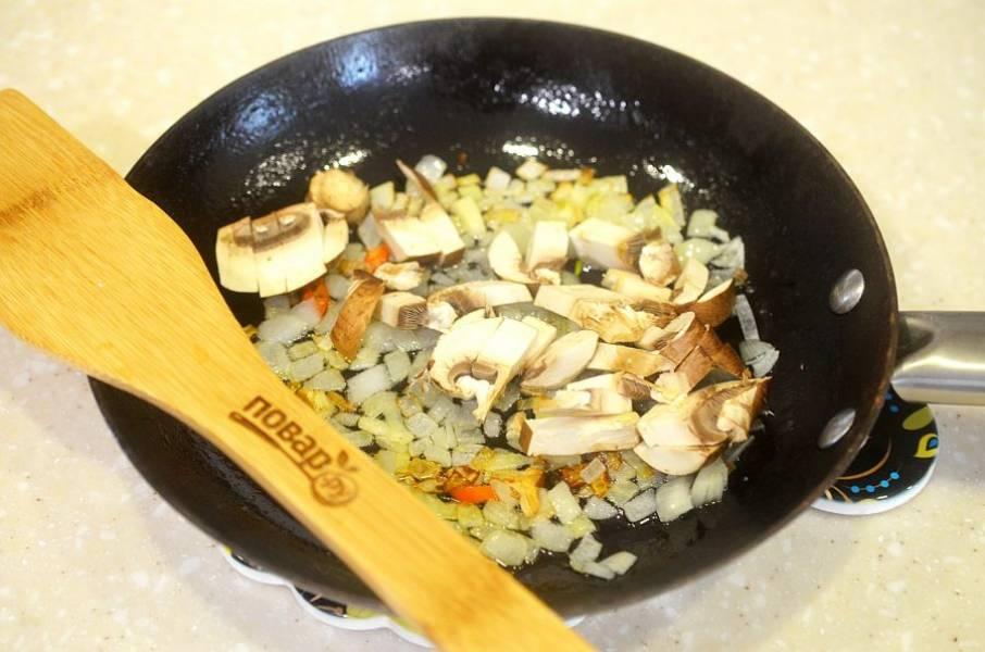 4. Добавьте в сковороду и обжаривайте все вместе.