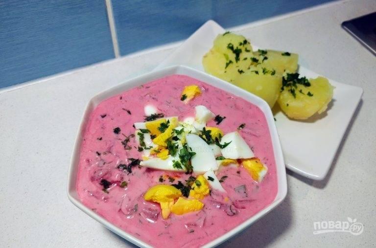 5.Холодный суп разлейте по тарелкам. Нарежьте ломтиками яйца и украсьте ими суп, подавайте его с отварным картофелем.
