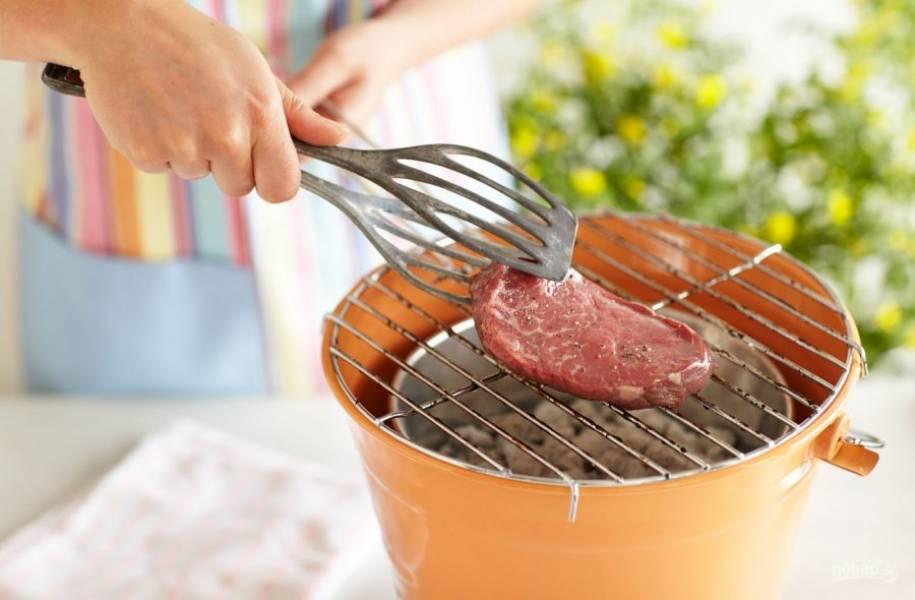 2. Обжарьте стейк на гриле по 4 минуты с каждой стороны.