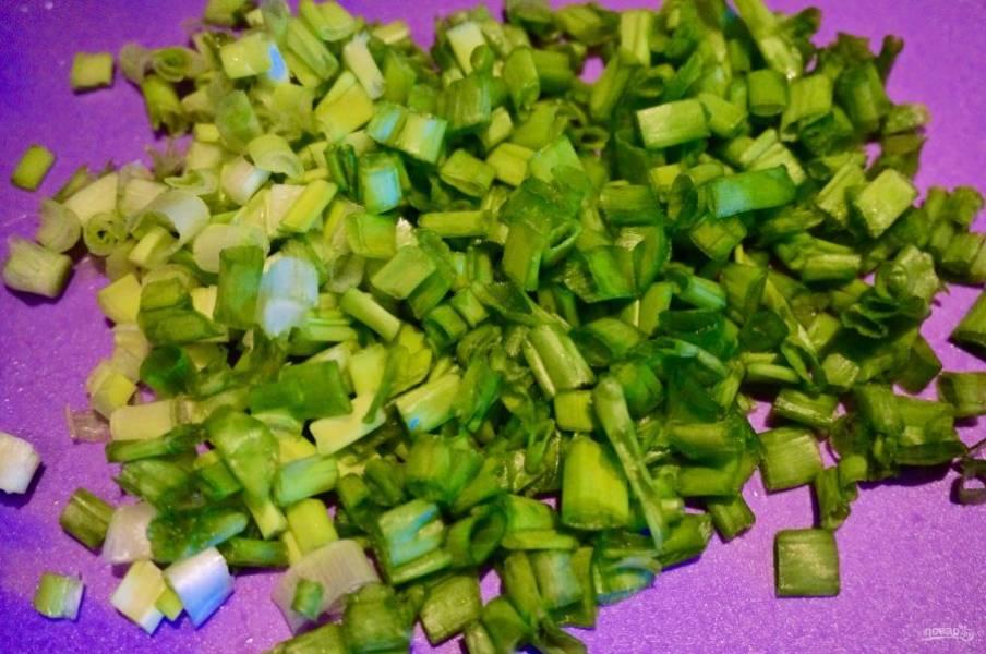 8. В последнюю очередь нарезаем зеленый лук. Теперь все выкладываем слоями.