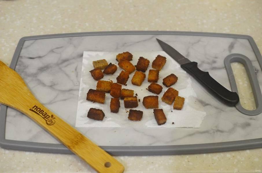 1. Хлеб нарежьте кубками и обжарьте на сковороде с добавлением масла.
