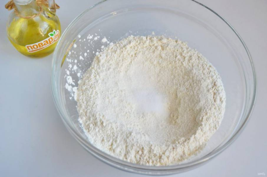 2. В просеянную муку положите соль, сахар. Перемешайте.
