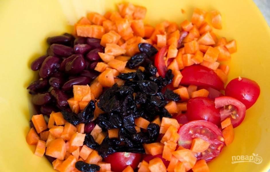 Смешайте в салатнице все ингредиенты, включая изюм, который перед этим стоит замочить на 15 минут в кипятке.