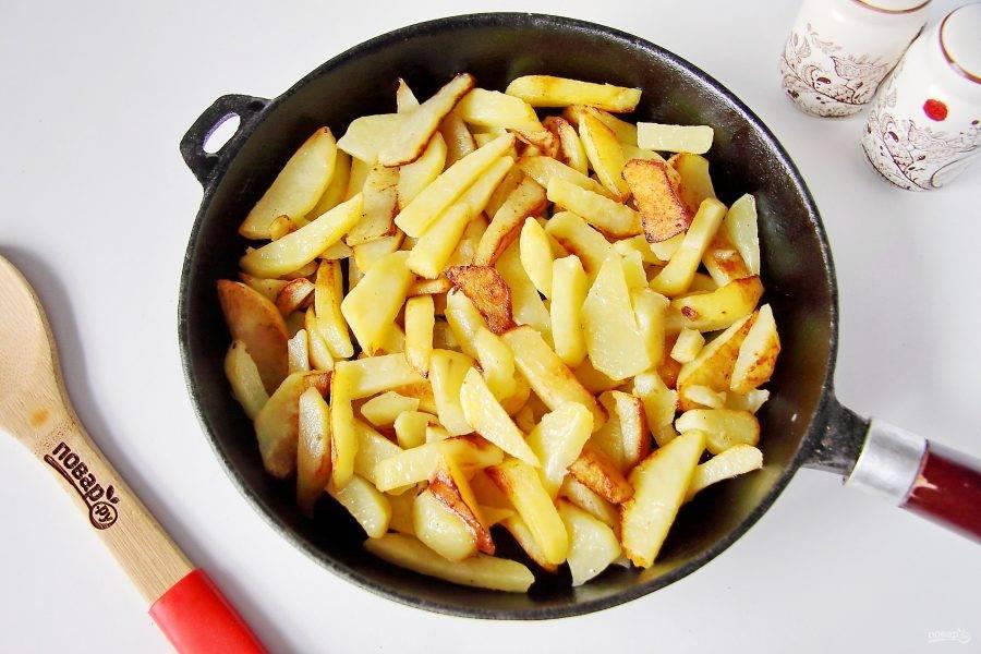 Параллельно на другой сковороде обжарьте на растительном масле картофель, нарезанный соломкой.
