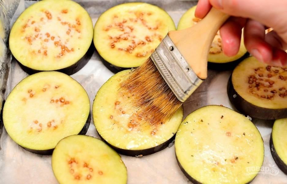 6.Выложите баклажаны в форму для запекания или на противень, смажьте каждый кусочек растительным маслом.