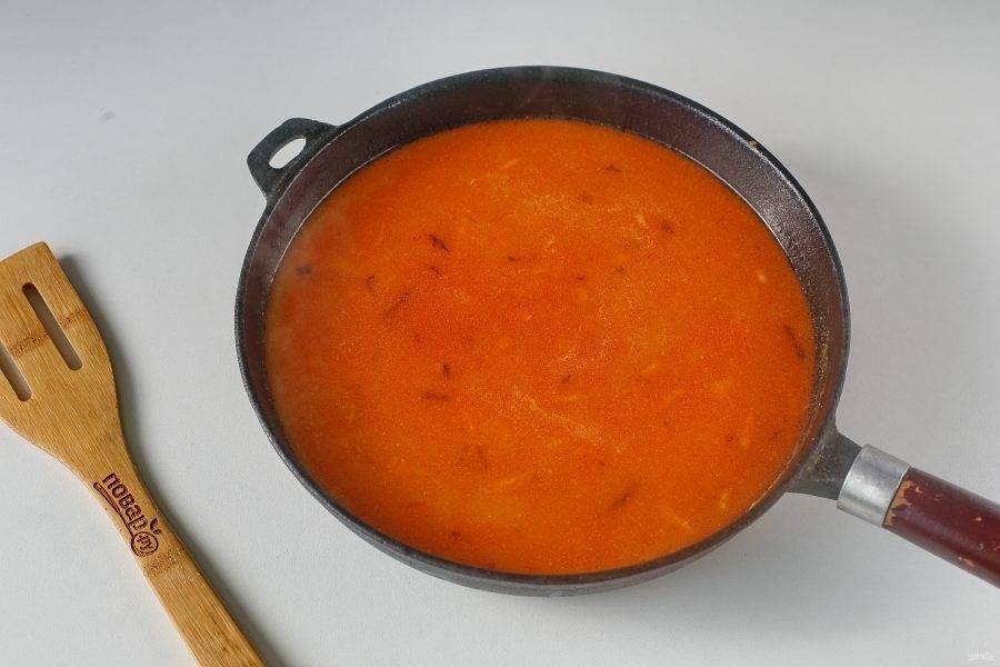 Все перемешайте и тонкой струйкой влейте кипяток. В зависимости от желаемого количества соуса, может уйти от 1 до 2 стаканов. Посолите соус по вкусу, доведите до кипения и снимите с огня.