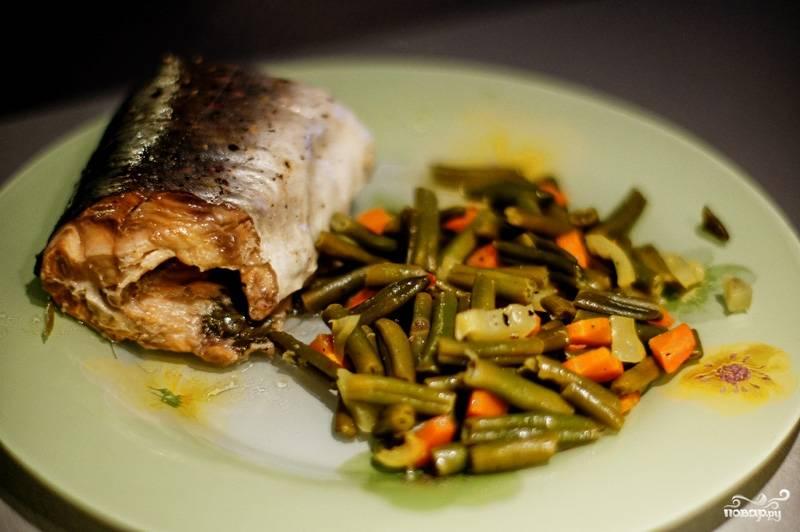 К блюду лучше всего подходят листья салата, но можно подавать крупы или картофель, овощи, омлет или другой гарнир для рыбы.