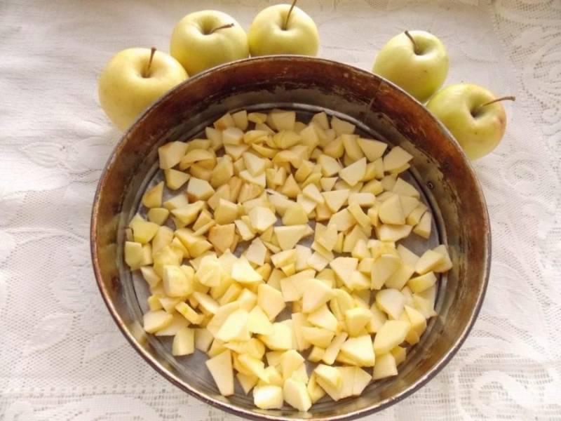 2. Яблочки очистите от кожицы и сердцевинки, нарежьте кубиками. Форму для запекания смажьте маслом и выложите на дно яблоки.