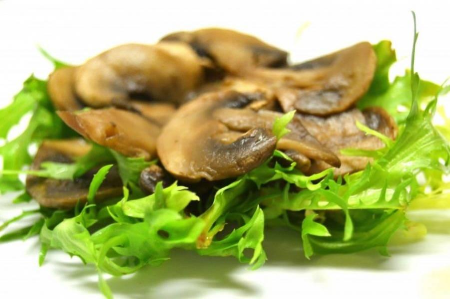 5.Поверх салата уложите уже остывшие и обжаренные грибы (если выложите их горячими, салат завянет).