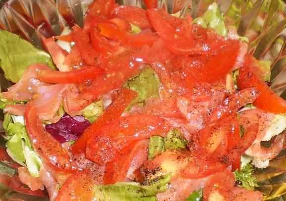 Солим и перчим по вкусу, добавялем оливковое масло и лимонный сок. Перемешиваем.