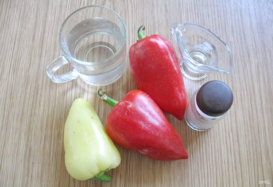 Для приготовления болгарского перца на зиму потребуется: перец болгарский, соль, уксус, вода.