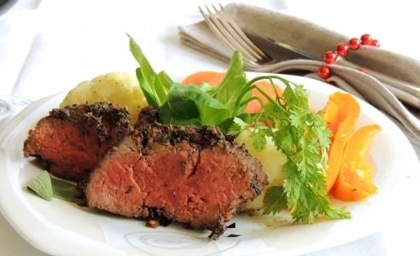 Фольгу убираем. Горячее мясо режем кусочками и подаем к столу со свежими овощами. Приятного аппетита!