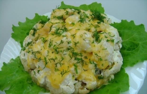 5. Подается мясо с цветной капустой в мультиварке на блюде, можно на листьях салата.