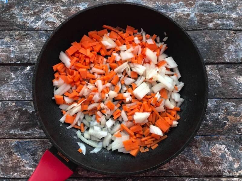 Овощи хорошо промойте под проточной водой, обсушите бумажным полотенцем. Лук с морковью нарежьте небольшими кусочками и жарьте на предварительно разогретой сковороде 5-7 минут.