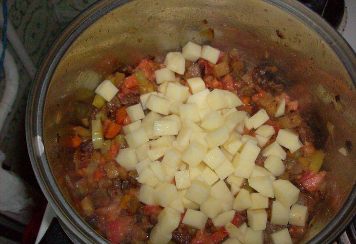 3. Теперь добавим картофель кубиками. Солим, перчим, добавим всяческие специи.