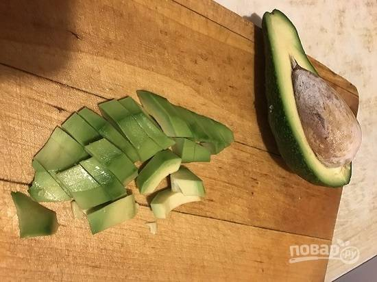Очистим второй авокадо. Я люблю, когда в таких салатах все ингредиенты нарезаны крупно, поэтому просто разрезаю авокадо вдоль и на крупные ломтики.
