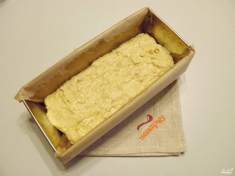Возьмите антипригарную форму, силиконовую или любую, что есть. У меня обычная форма, её нужно обязательно застелить бумагой для выпечки и смазать растительным маслом. Перелейте тесто, распределите его по форме. Поставьте в горячую духовку и запекайте при 180 градусах минут 45.