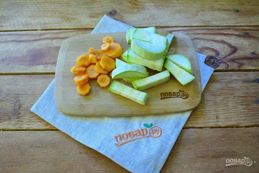 Морковь, кабачок и болгарский перец нарежьте произвольно. Не имеет особого значения форма нарезки. Мы будем измельчать все составляющие супа до состояния пюре. Поэтому резать можно, как вам нравится.