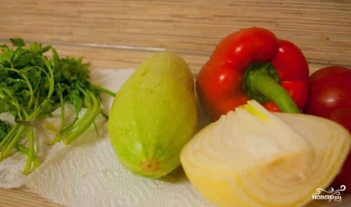 1. Первое, что нужно сделать для этого блюда, - сварить киноа. Варится крупа достаточно быстро и легко: в кипящую подсоленную воду бросается киноа, после чего крупа варится до готовности. Пока варится крупа, можно приготовить овощи.
