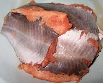 Простой рецепт паштета из горбуши: Чистим рыбу и избавляем от костей.