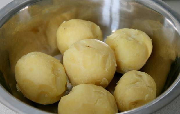 За это время картофель должен был приготовиться, поэтому подождем, пока он немного остынет и очищаем его от кожуры.