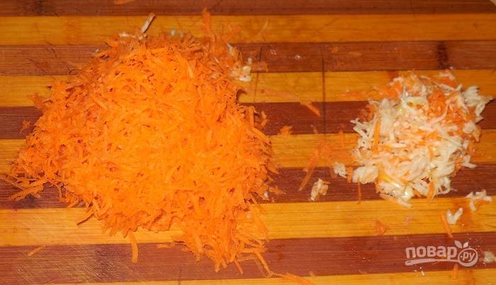 Натрите морковку и чеснок на терке.