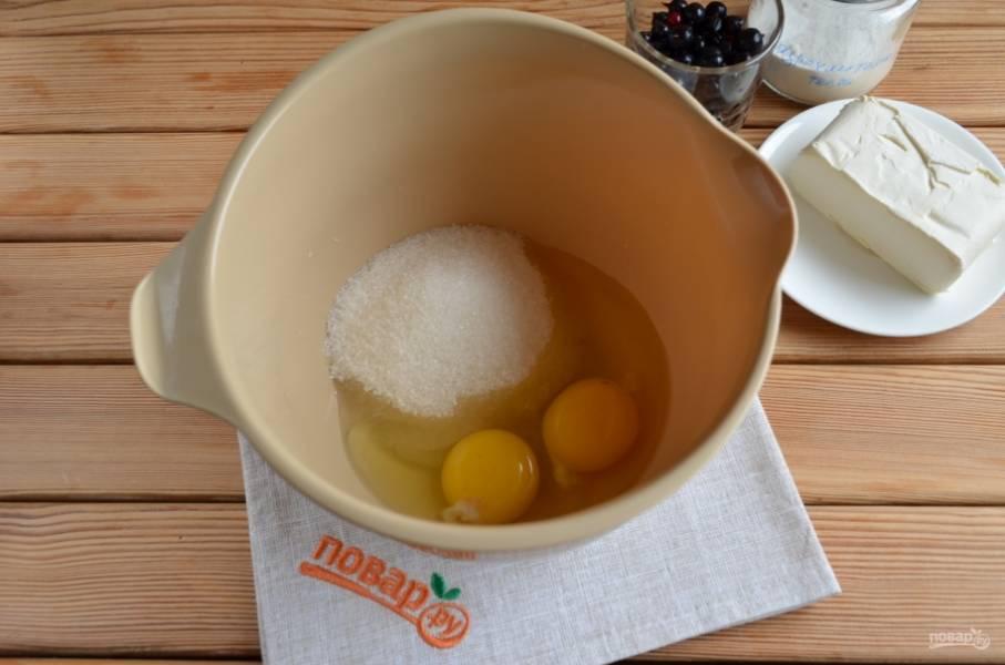 Миксером взбейте яйца с сахаром до пышной светлой пены. Масса должна увеличиться в объеме в несколько раз.