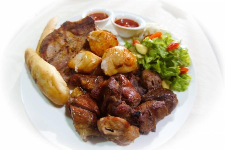 Готовое блюдо - это своеобразный шашлык из мясного ассорти. Подавать его отлично со свежими салатами или овощами, зеленью и лавашом. Такое мясо сочетается с белым и красным вином, а таже с крепкими спиртными напитками.