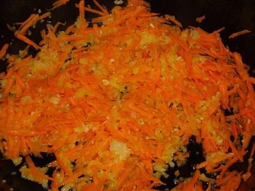 Для начала мы чистим репчатый лук и чеснок, нарезаем их мелко, морковь трем на крупной терке. В сковороде разогреваем растительное масло и обжариваем на нем овощи до мягкости, выключаем огонь и даем овощам остыть.