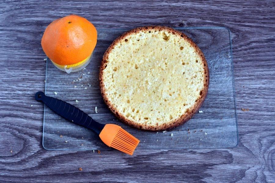 Выжмите сок из крупного апельсина и пропитайте им коржи.