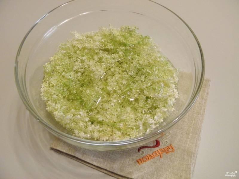 Хорошо отряхните от пыли и насекомых соцветия. Мыть их не нужно. Оборвите толстые веточки, чтобы осталось минимум зелени, только цветы. Закипятите воду, остудите ее! Добавьте в воду лимонную кислоту, погрузите в раствор цветы на сутки.