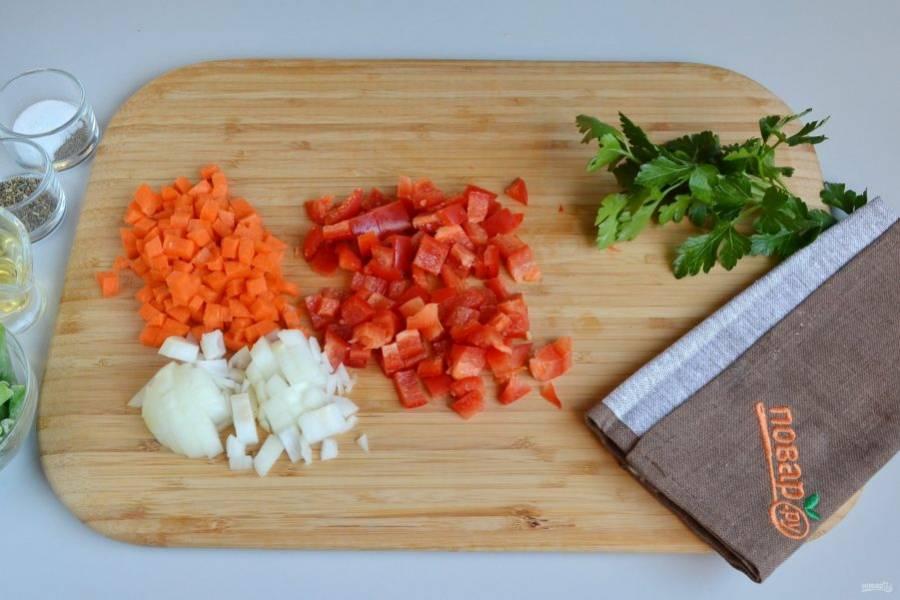 2. Овощи очистите, вымойте, у перца удалите семена, порежьте кубиками.