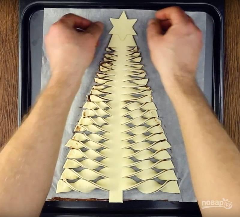 9.Из оставшегося теста делаю звездочку, которая будет украшать елку, и помещаю ее на верхушку.