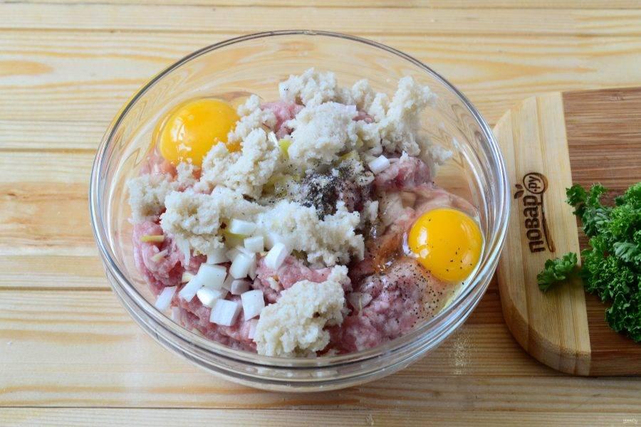 Фарш смешайте с яйцами, солью и перцем. Хлеб размочите в воде и разомните (или просто добавьте хлебные крошки). Хорошенько вымесите фарш до однородного состояния.