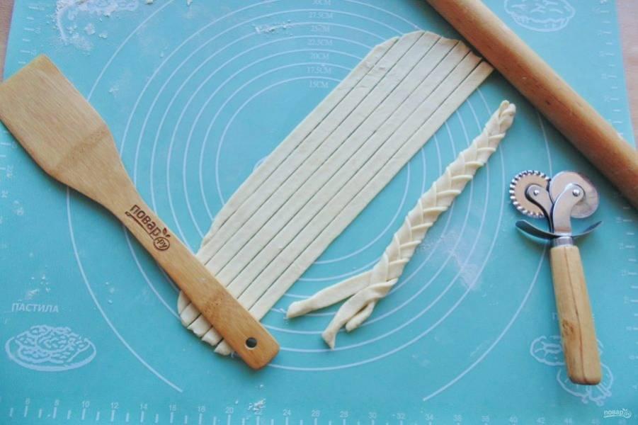 Остатки теста тоже раскатайте в пласт, который нарежьте полосками. Из полосок сплетите косички.