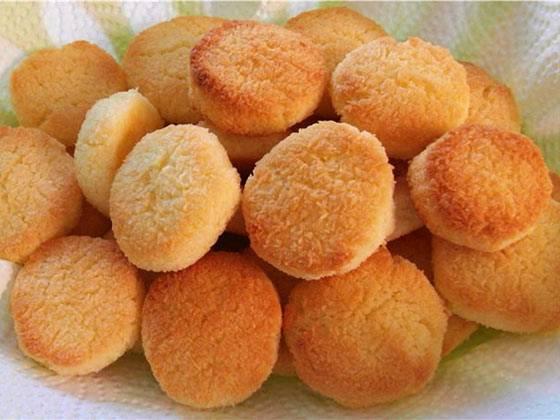 Готовые печенья складываем в корзиночку, присыпаем сахаром, даем ему остыть и подаем к столу. Приятного аппетита!