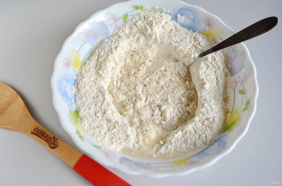3. Влейте дрожжи в муку и замесите тесто.