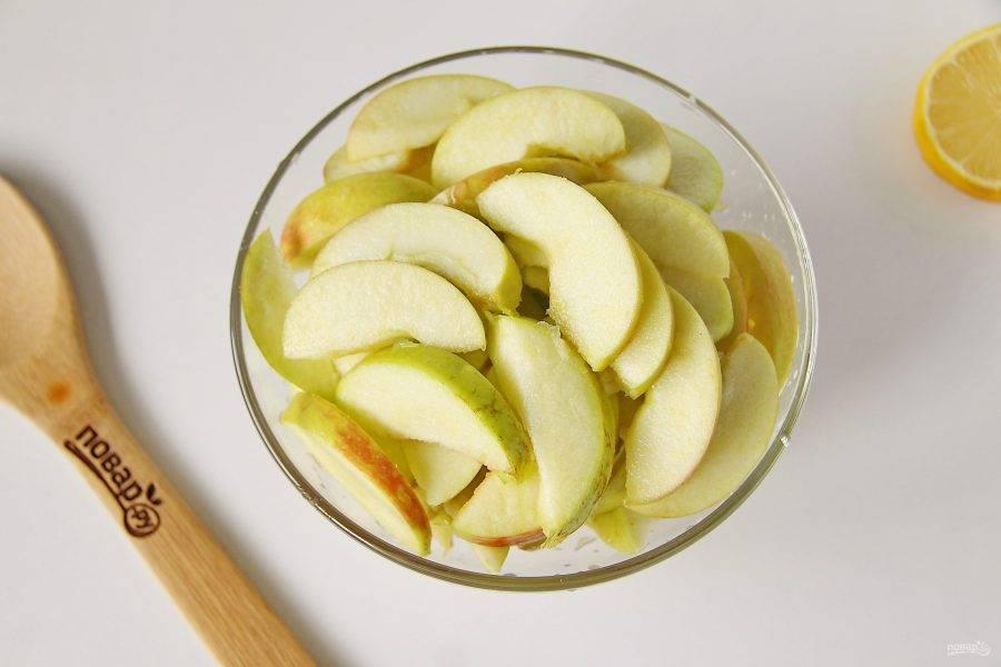 У яблок удалите сердцевину (кожуру можно не снимать) и нарежьте дольками или кубиками. Сбрызните нарезанные яблоки соком лимона.