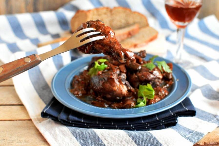 Полейте курицу соусом и подавайте. Французы обычно обходятся без гарнира, добавляя к блюду лишь ломти свежего мягкого хлеба и, конечно, бокал вина.