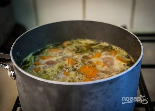 8. И сразу же влейте горячую воду или бульон. После закипания посолите и поперчите по вкусу. Варите около 20 минут.