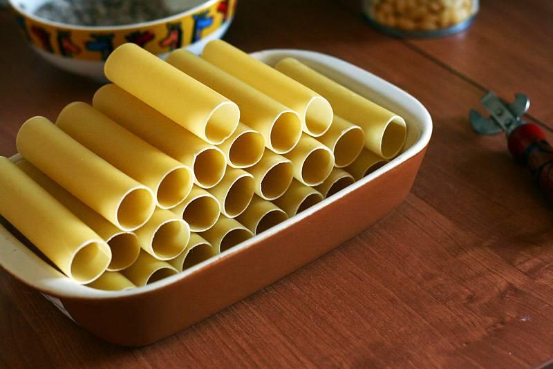 1. Вот такие каннеллони потребуются для приготовления фаршированных макарон под соусом. При желании можно взять крупные ракушки, например.
